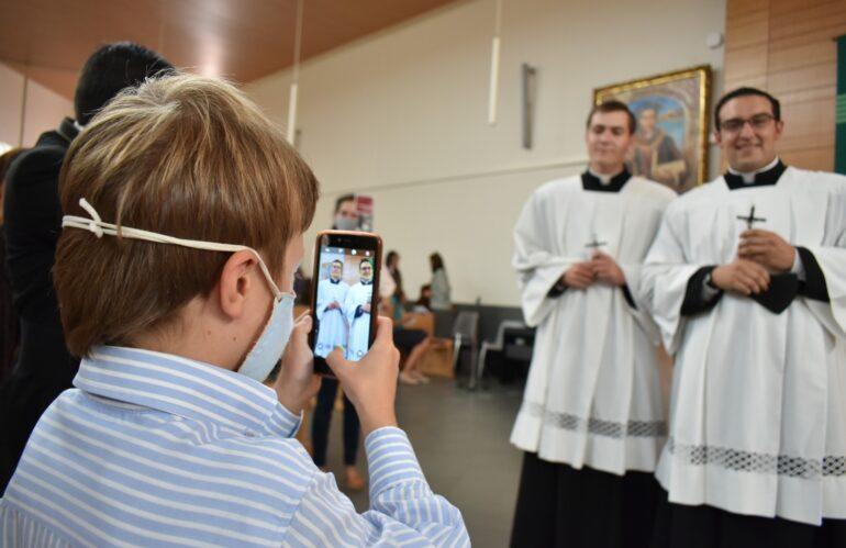 Los legionarios de Cristo Miguel y Santiago hacen su primera profesión: Conocer a Cristo y amarle más, camino hacia el sacerdocio como religiosos